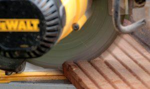 handcirkelzaag met hout
